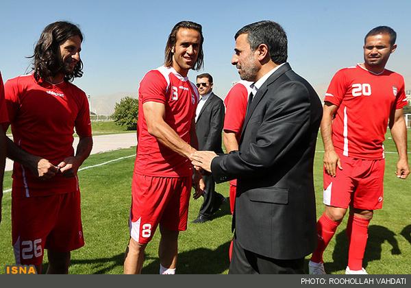امضا با فامیلی کریمی حضور سرزده احمدی نژاد در اردوی تیم ملی فوتبال تصاویر دیدنی - سایت خبری یزدفردا